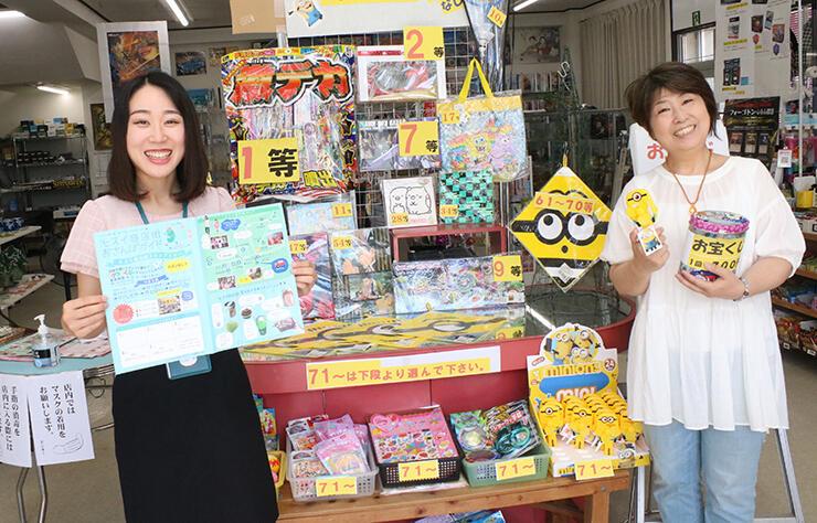 商店街のスタンプラリーをPRする田中経営支援員(左)