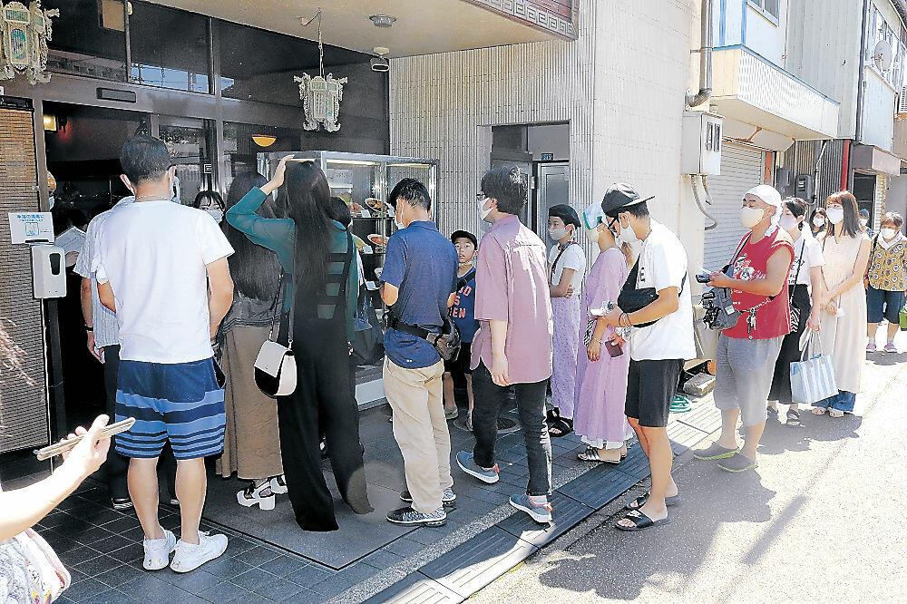 整理券を受け取り、店内へ入る客=小松市土居原町