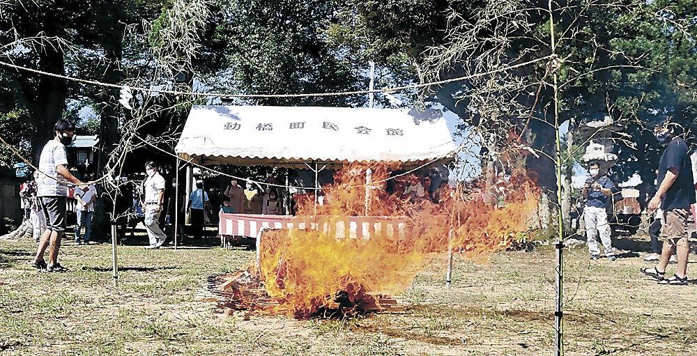 ぐずの焚き上げに見入る地域住民=加賀市動橋町の振橋神社