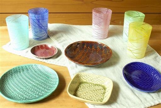 金津創作の森が販売を始めたオリジナル新作の皿とタンブラー