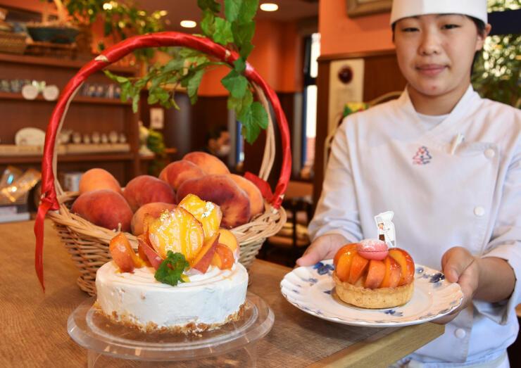 蟠桃を載せた(左から)ケーキとタルト