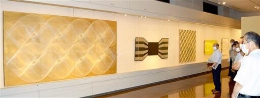 幾何学文様を線刻したカービングの作品などが並ぶ八田豊さんの企画展=福井県越前市武生公会堂記念館