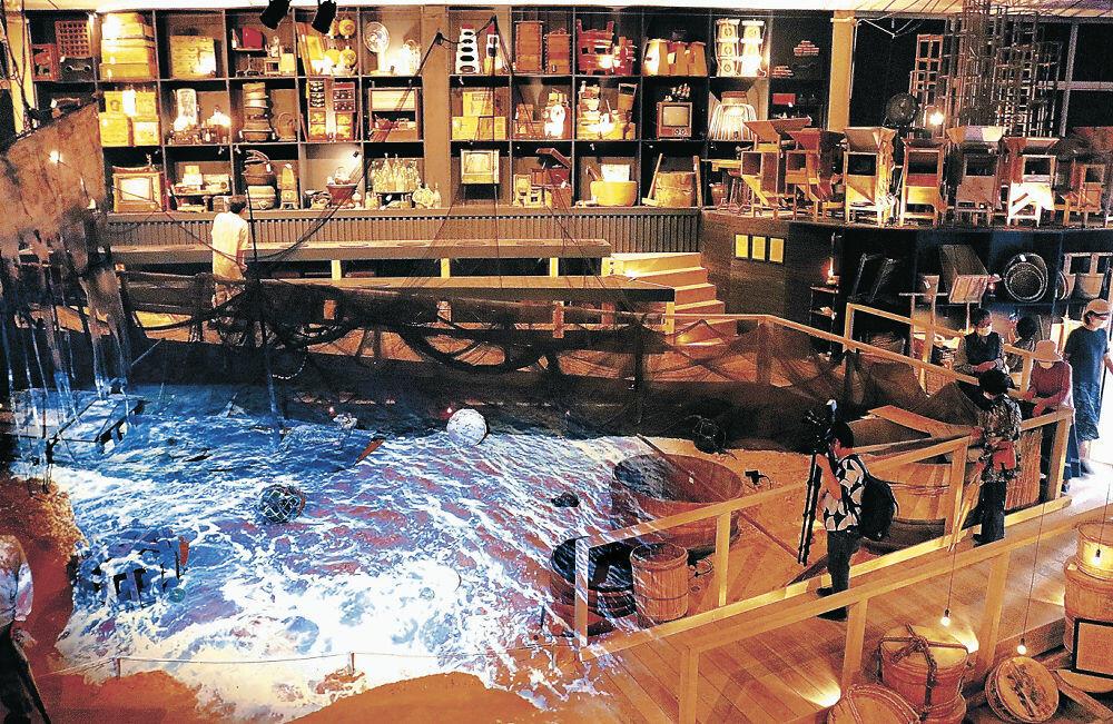 珠洲市内の家庭から寄せられた民具を元に制作された作品=珠洲市大谷町のスズ・シアター・ミュージアム