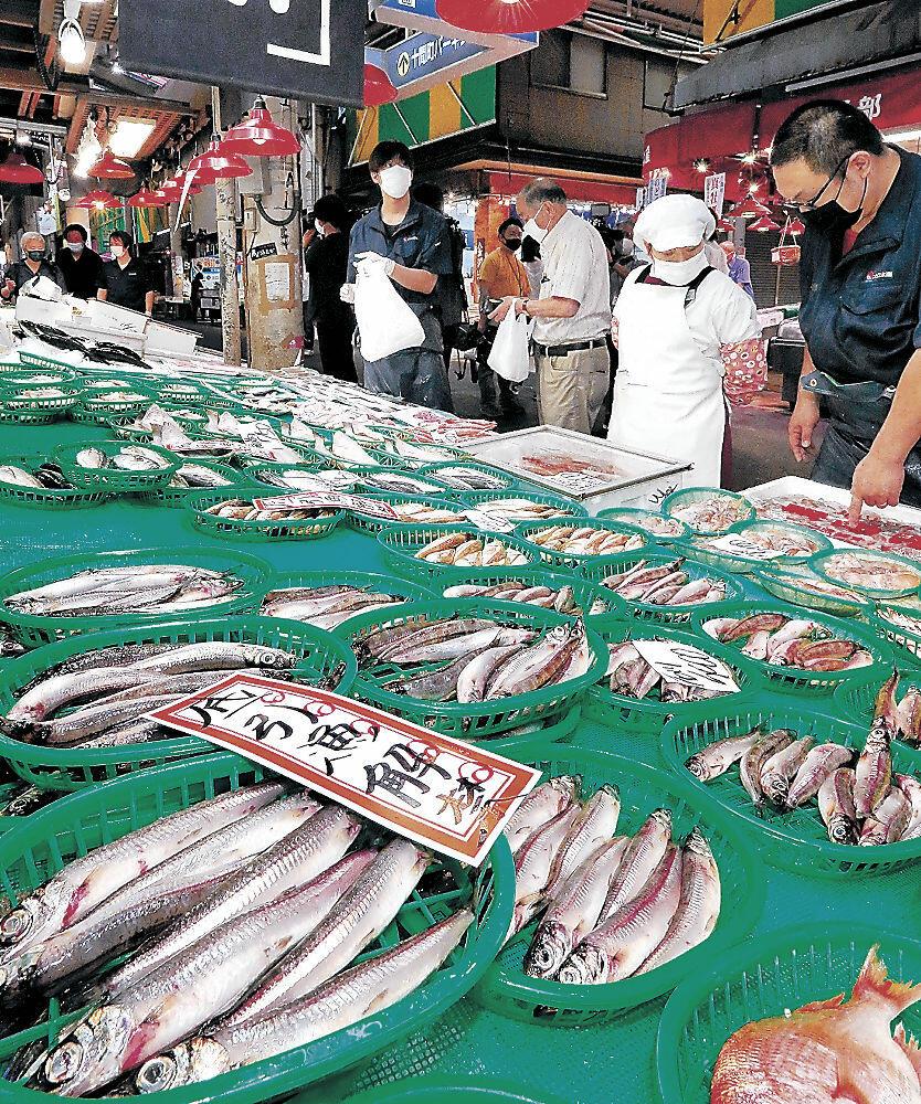 店頭に並んだ底引き網漁の初物=近江町市場
