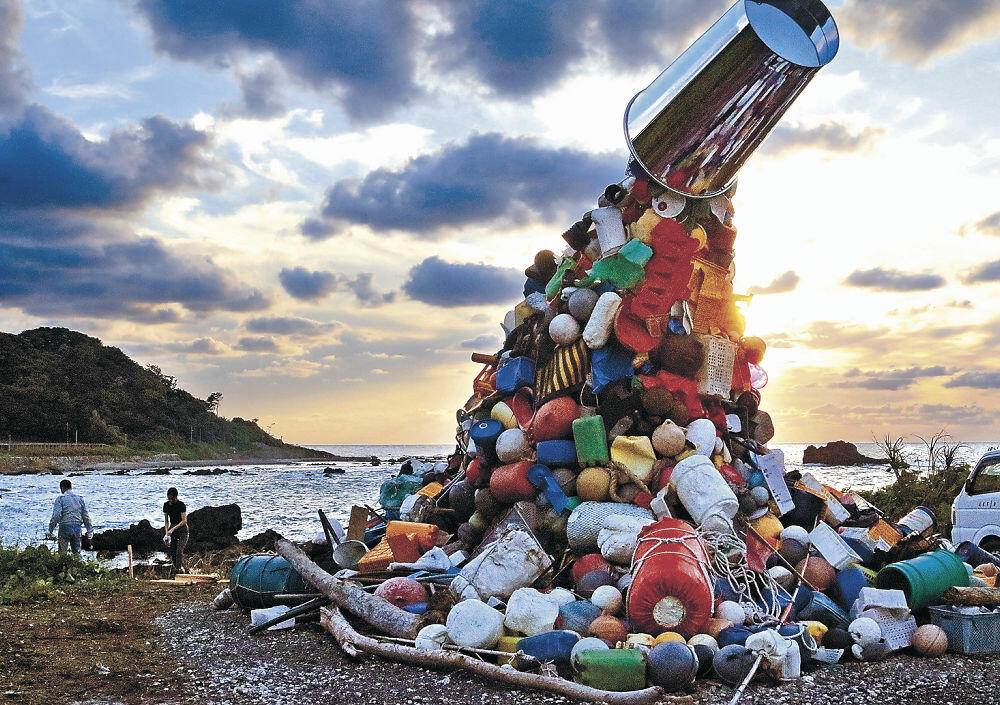 公開準備が整い、4日の開幕を待つ漂着ごみを素材にした作品=珠洲市笹波町の海岸