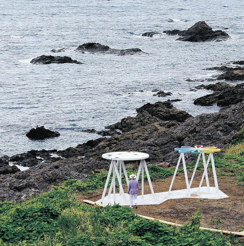 海辺に姿を表した原広司氏の作品=珠洲市の木ノ浦海岸
