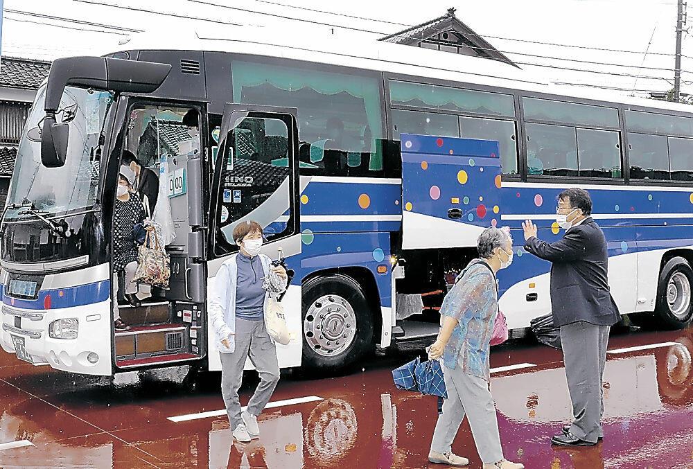 總持寺通り「禅の里広場」に到着した無料シャトルバス=輪島市門前町