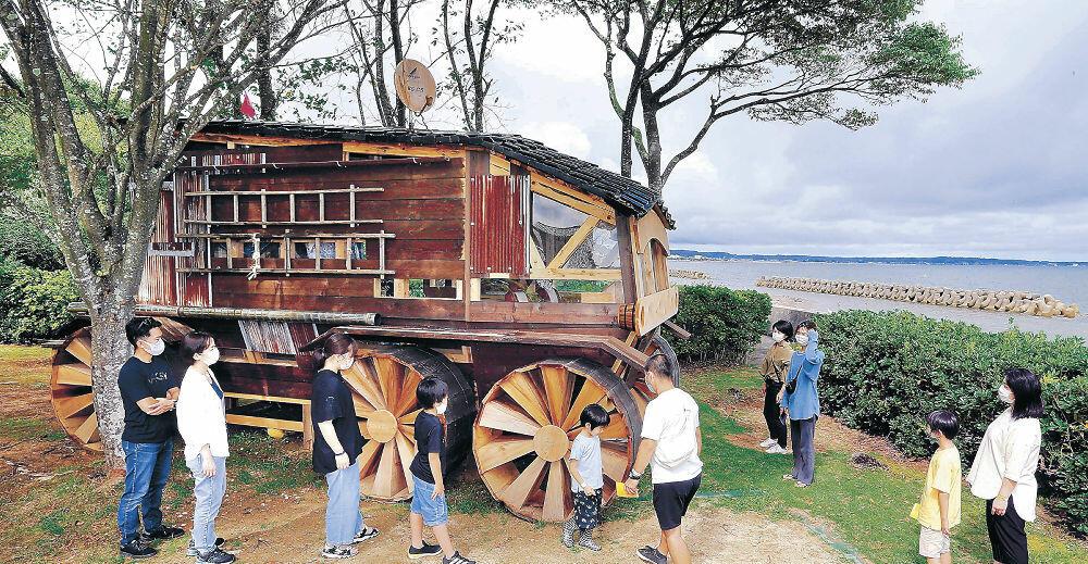 空き家の廃材を利用し、乗り物を表現した作品=珠洲市上戸町南方の柳田児童公園