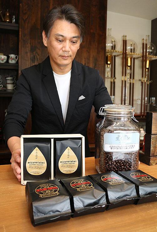 焙煎したスリランカ産のコーヒー豆を見つめる北山さん