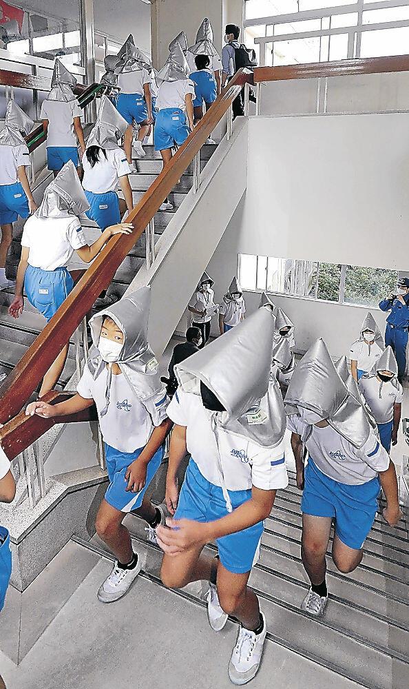 防災頭巾をかぶり校舎3階に避難する児童=穴水小