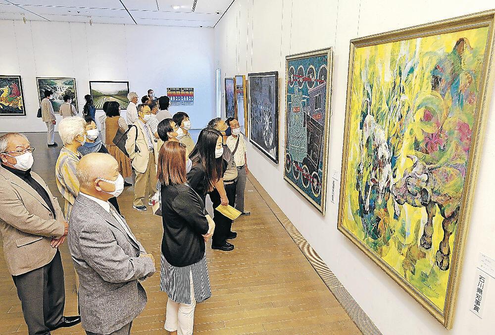 創意豊かな支部メンバーの作品を鑑賞する表彰式出席者=金沢21世紀美術館