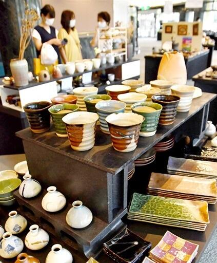 食卓を彩る食器をメインに並べた展示=9月7日、福井県越前町の越前陶芸村文化交流会館