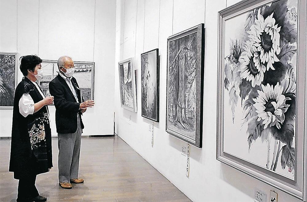 多様な墨の表現に見入る来館者=金沢21世紀美術館