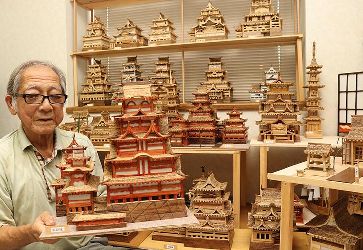 完成までに2カ月かかった姫路城を手にする吉田さん