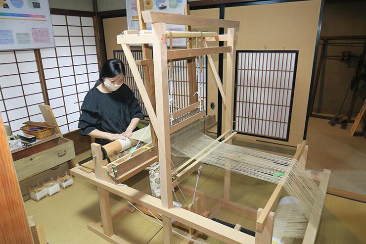 チャンカラ機を使って福光麻布を織る木村さん