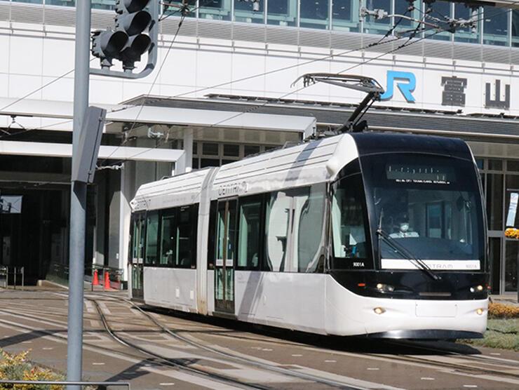富山駅の南北を直通運転する路面電車