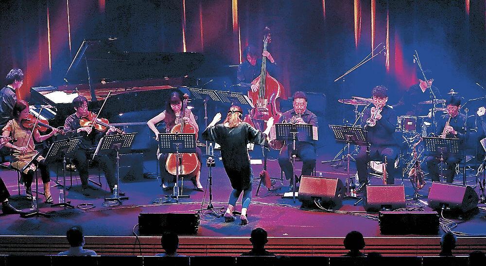 軽快な音色を響かせる出演者=北國新聞赤羽ホール