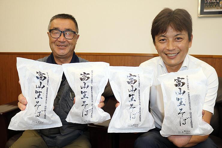 「たくさんの人にそばを食べてほしい」と話す西島さん(左)と上原さん