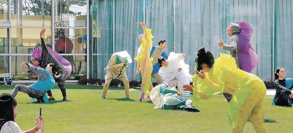 パフォーマンスで熱演するダンサー=珠洲市のラポルトすず