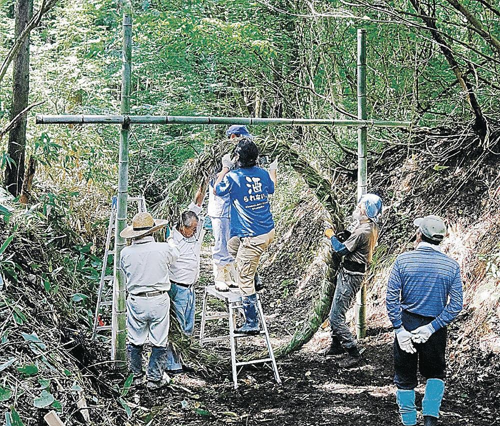 創作活動で茅の輪を作る住民=珠洲市若山町吉ケ池