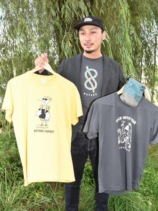 オリジナルTシャツなどの商品と菊池さん