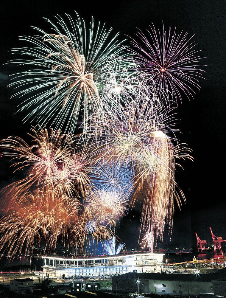 夜空と金沢港を華やかに彩る花火=14日午後7時50分、金沢市湊4丁目から(多重露光)
