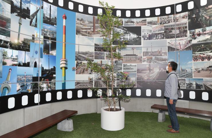 モニュメント内部は万代シテイの歩みをたどれる写真が彩る(15日、新潟市中央区)