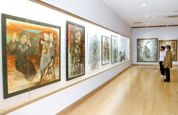 アイヌ民族の儀式や生活を描いた中野雅友さんの作品展=胎内市下赤谷