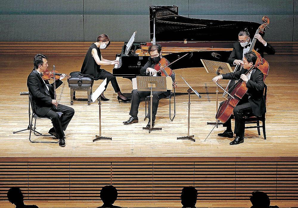 優雅な旋律で開幕を彩るOEKメンバー=北國新聞赤羽ホール