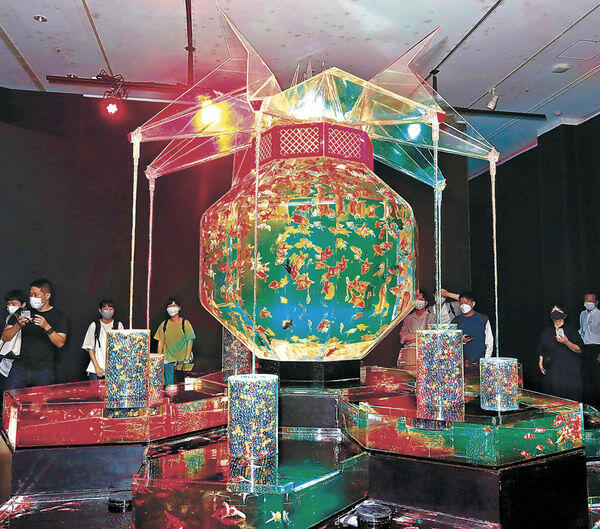 妖艶な雰囲気を醸し出す「超・花魁」に見入る来場者=金沢21世紀美術館