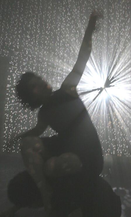 千田さんの作品の中で踊るダンサー