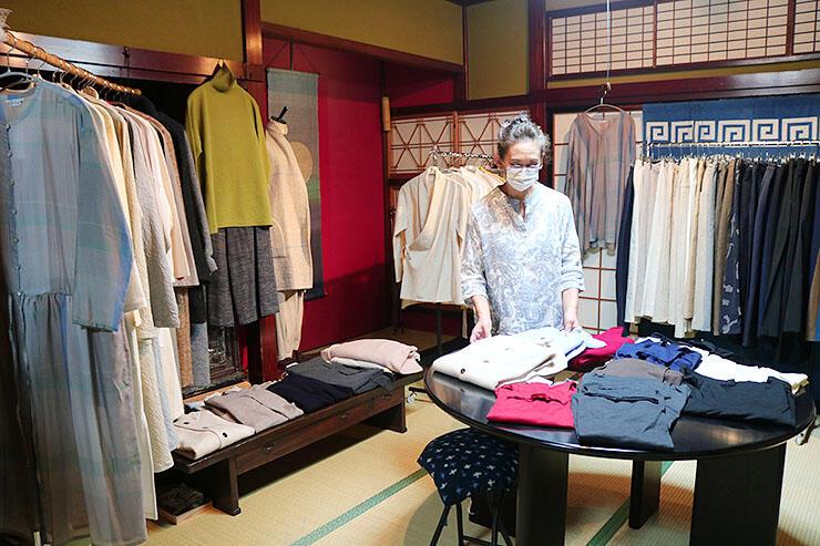 真砂さんが作った衣服が並ぶ会場