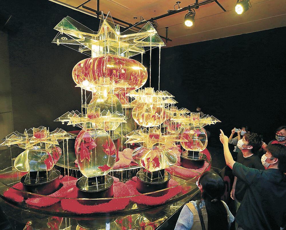 きらびやかな大作「大奥」に見入る来場者=金沢21世紀美術館