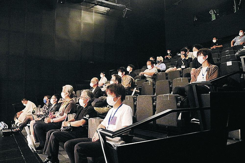 映画を観賞する来場者=金沢21世紀美術館