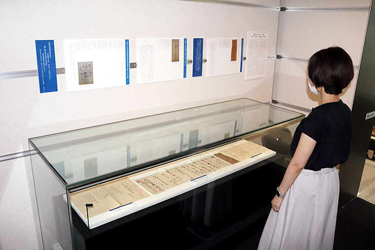 川崎順二の書簡などを展示する特別コレクション室=高志の国文学館