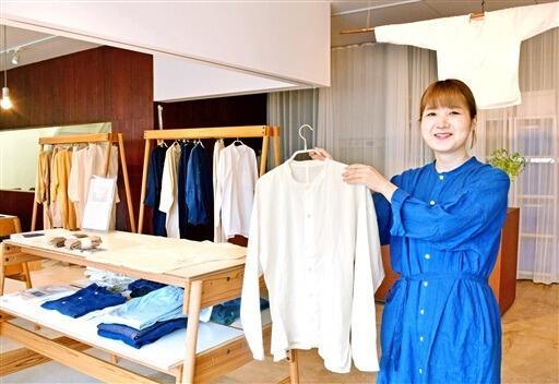 「越前シャツ」をはじめ石徹白集落に受け継がれてきた服を紹介している企画展=9月18日、福井県鯖江市の「SAVA!STORE」