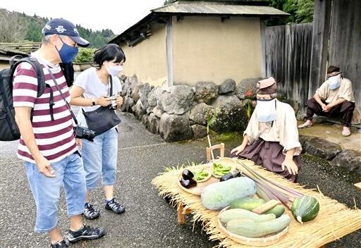 戦国時代の城下町の雰囲気を楽しむ観光客=9月18日、福井県福井市の一乗谷朝倉氏遺跡復原町並