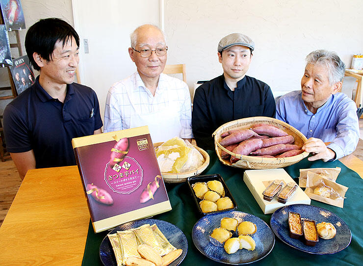 商品発表会でサツマイモのペーストを使ったスイーツをPRする担当者や店主ら。右は丸山理事長