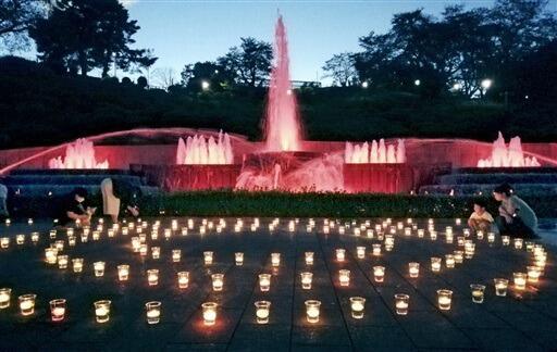 キャンドルの温かい光で包まれた噴水前広場=9月21日、福井県鯖江市西山公園