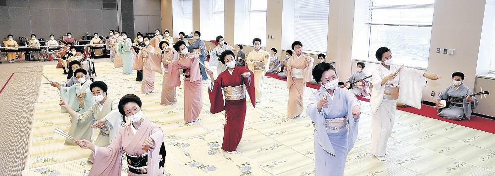 大和楽に合わせて「金沢風雅」を稽古する三茶屋街の芸妓衆=北國新聞20階ホール