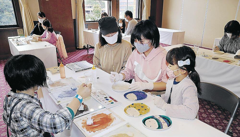 前回の「KOGEIフェスタ!」で九谷焼の絵付けを楽しむ親子=昨年10月、金沢市のしいのき迎賓館