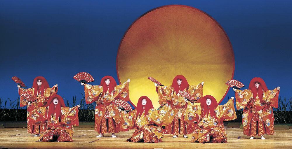 「大盃 七人猩々」をめでたく披露する三茶屋街の芸妓衆=金沢市の石川県立音楽堂