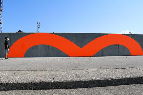 黒部市の生地海岸に設置されている大きな「m」字型の作品
