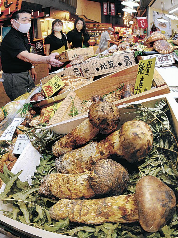 店頭に並んだ能登産マツタケ=金沢市の近江町市場