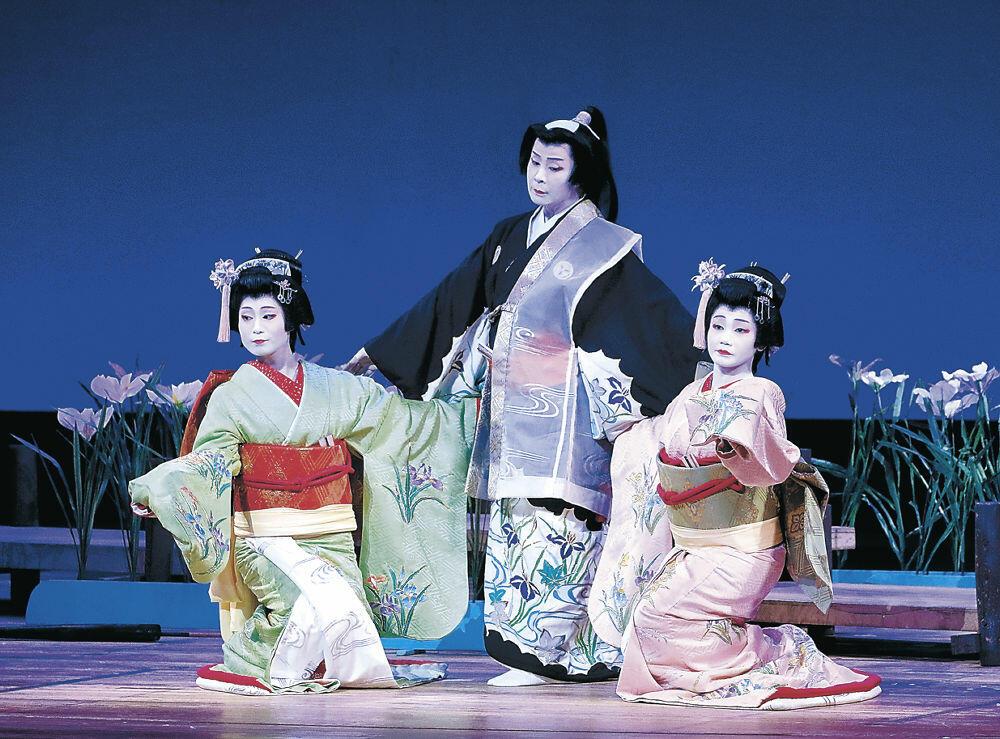 「あやめ」を情緒豊かに披露するひがしの芸妓=金沢市の石川県立音楽堂
