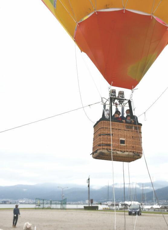 諏訪湖周辺の眺めを楽しんだ熱気球の体験会