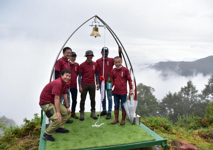完成した「空ノ鐘」で記念撮影をする横山維者舎のメンバー