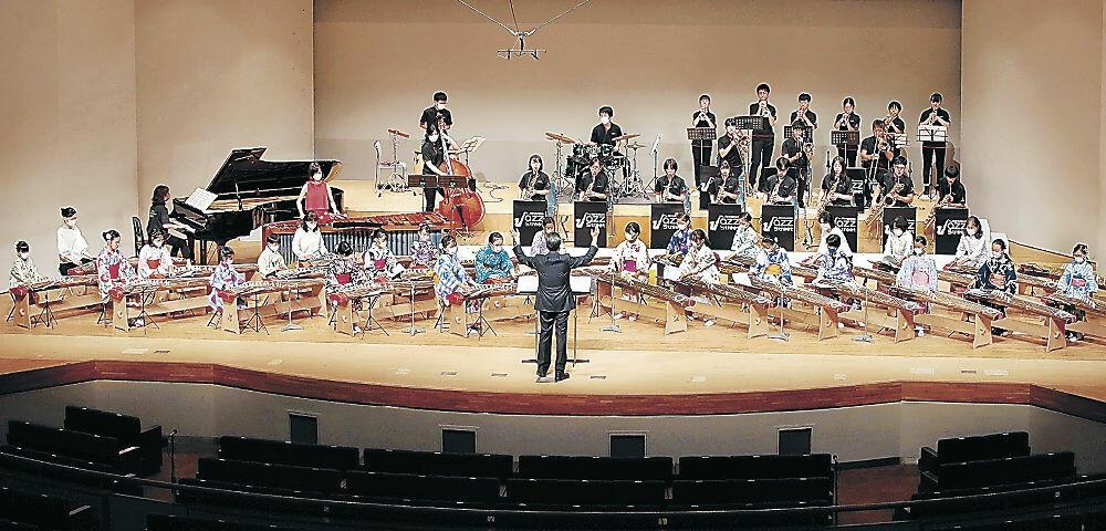 和洋の音色を響かせる児童生徒=金沢市文化ホール