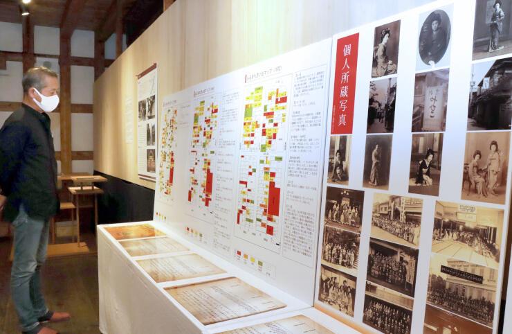 古町芸妓ゆかりの道具や写真などを紹介する企画展=25日、新潟市中央区