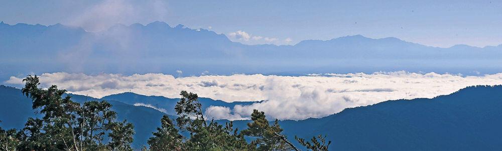陽光を受けて輝く雲海=27日午前8時20分、石川、岐阜県境の三方岩岳山頂付近から